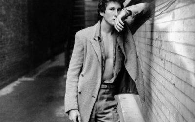 Cosa è glamour negli '80? La camicia, ma… la canottiera è più sexy!